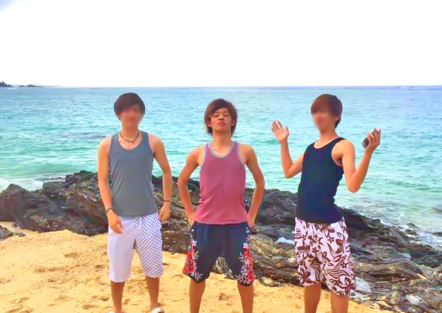 オフショット:沖縄県、離島にて(写真中央)