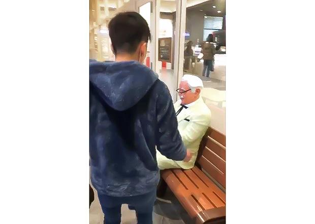 オフショット:東京都内、KFCにて、カーネル・サンダース像とともに