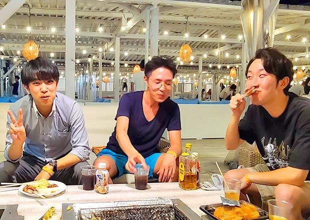 オフショット:東京都内、BBQ場にて、同僚と(中央)